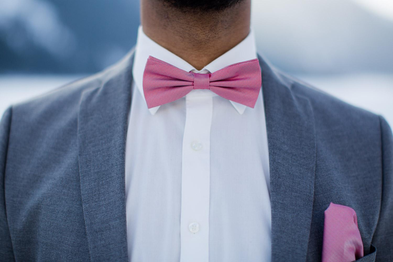 Fliege und grauer Anzug