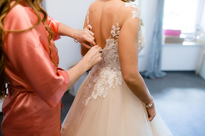 Styling der Braut für Hochzeit im Gut Schwabhof
