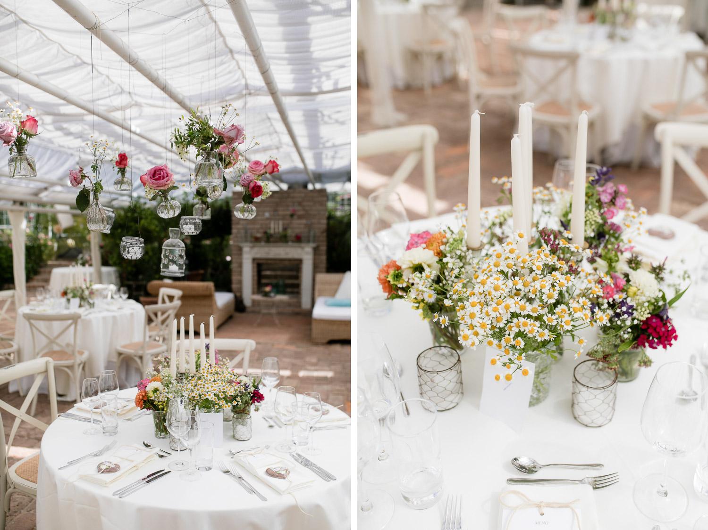 Hochzeitslocations Bayern dekoriert mit Wiesenblumen