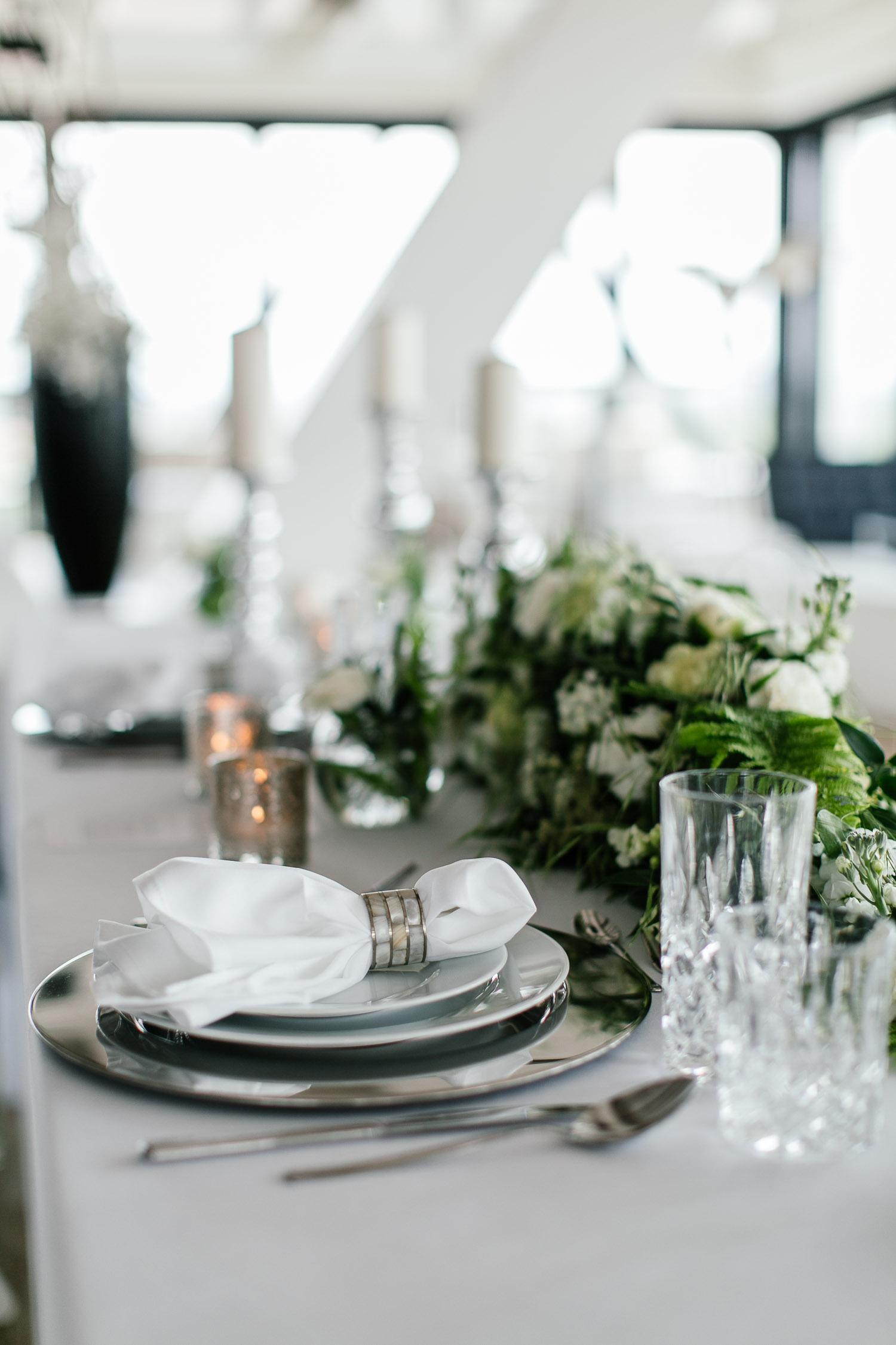 Hochzeitskonzept weiß silber und grün