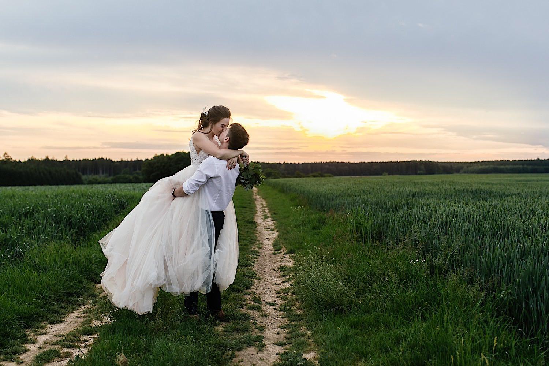 Brautpaar After Wedding Shooting bei Sonnenuntergang im Sommer