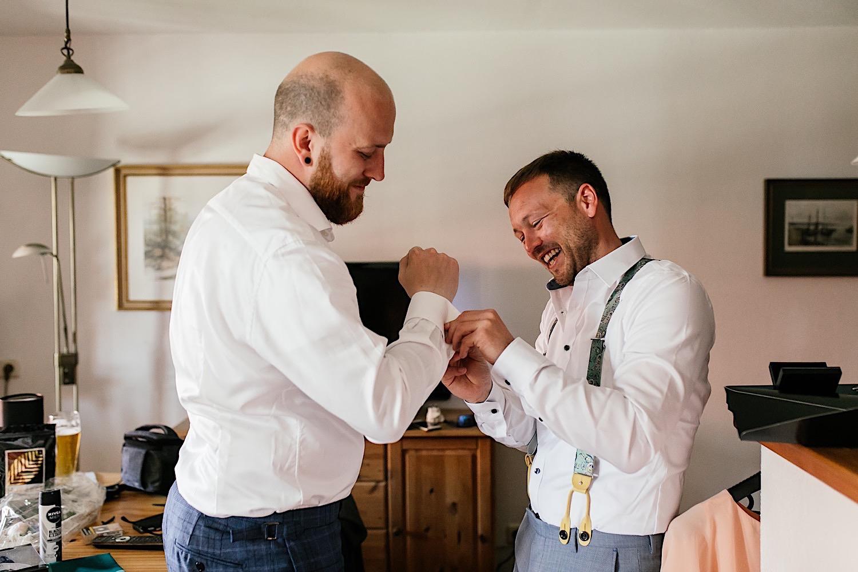 Styling Bräutigam in utzenaich Hofgut Hochzeit