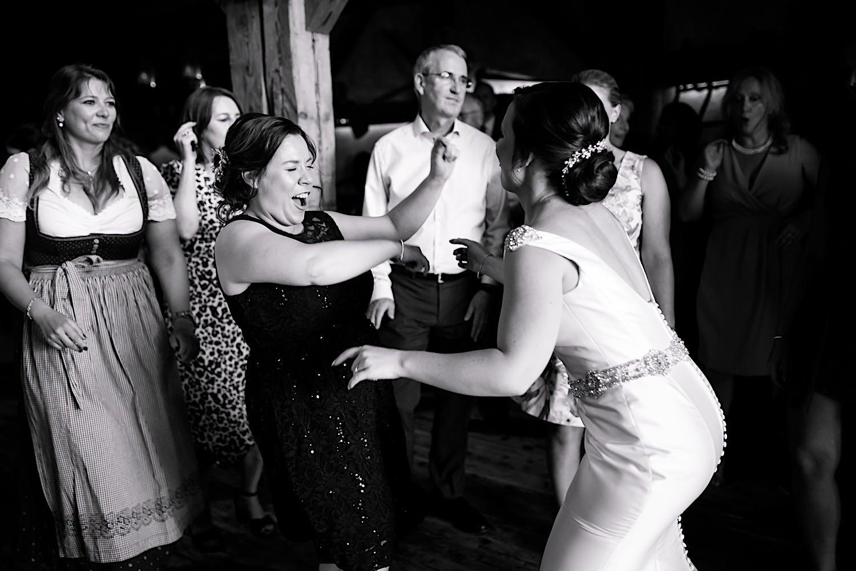 Scheunenhochzeit wedding party