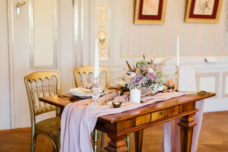 Tischdekoration für die Hochzeit in Rose