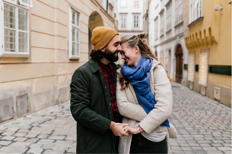 Süßes Paar in der Innenstadt in Wien beim Fotoshooting