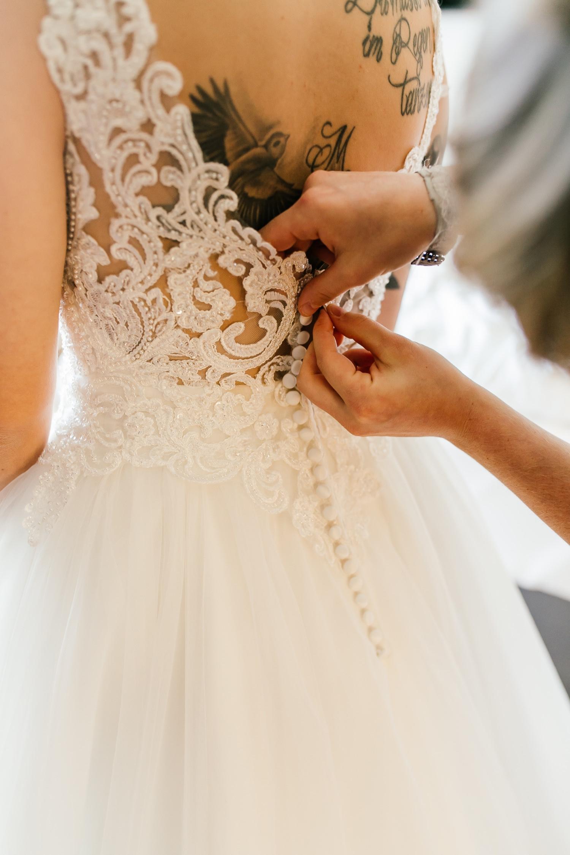 Brautkleid anziehen - Hochzeitsfotograf Bayern