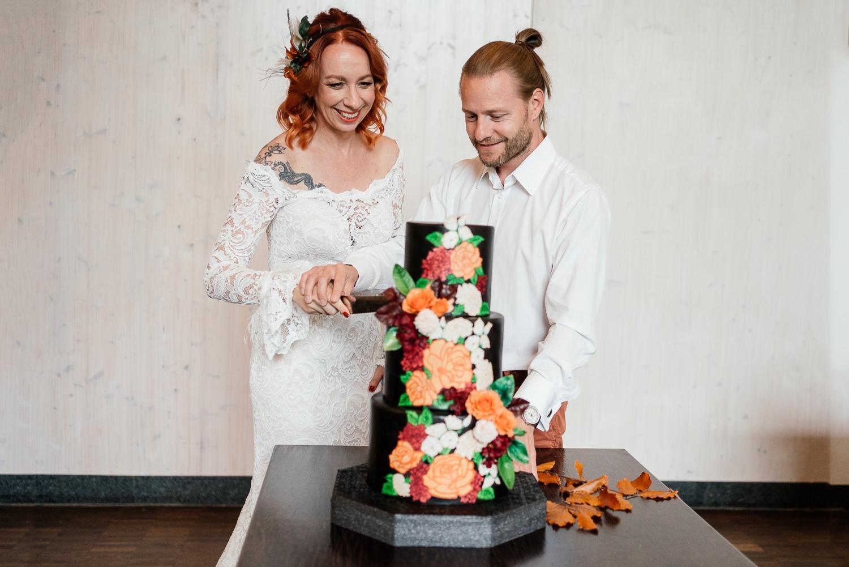 Hochzeitstorte in orange und schwarz